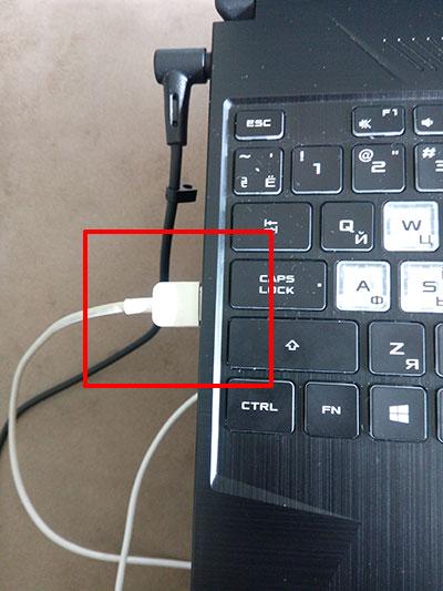 Подключенный к ноутбуку USB кабель